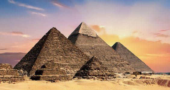 kuka rakensi pyramidit