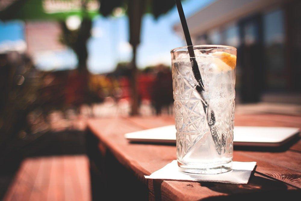 gin tonic vesi